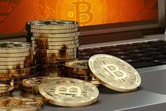 Close-up op Bitcoin-stapels wordt geschoten die op computer met Bitcoin-embleem op scherm leggen die Royalty-vrije Stock Afbeelding