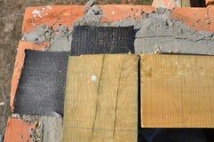 Close-up op de Bout van het Metaalanker en Bitumen Waterdicht makend Membraan bij de Bouw van het Nieuw Huisdakwerk royalty-vrije stock afbeelding