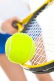 Close-up op de in evenwicht brengende bal van de tennisspeler op racket Stock Fotografie