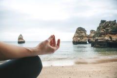 Close-up op de hand van een meisje die of het praktizeren yoga mediteren stock afbeelding