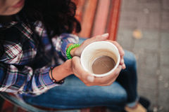 Close-up op de handen die van een vrouw een kop van cofee houden Stock Foto