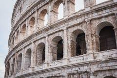 Close-up op de oudere voorgevel aan de andere kant van Coliseum in Rome stock foto's