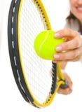 Close-up op de vrouwelijke dienende bal van de tennisspeler Royalty-vrije Stock Foto's