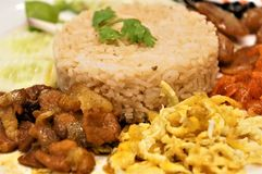 Close-up op een gebraden rijst en van het garnalendeeg schotel stock foto's
