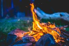 Close-up op een kampvuur met stenen Uitstekend kijk Royalty-vrije Stock Afbeelding