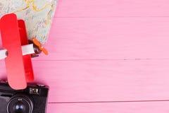 Close-up op een roze camera als achtergrond, vliegtuig, kaart stock afbeeldingen