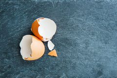 Close-up op eierschaal op steensubstraat Stock Foto