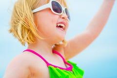 Close-up op gelukkig babymeisje in zonnebril Royalty-vrije Stock Afbeelding