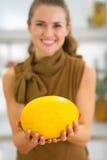 Close-up op gelukkige jonge vrouw die meloen tonen Stock Afbeeldingen
