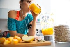 Close-up op geschikte vrouw het drinken pompoen smoothie Stock Foto