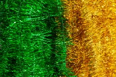 Close-up op glanzend geel en groen klatergoud die verticaal binnen hangen stock fotografie