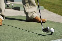 Close-up op golfbal en club royalty-vrije stock afbeelding