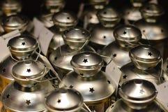 Close-up op groep of partij van het glanzen de houders van de metaalkaars Royalty-vrije Stock Fotografie