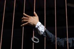 Close-up op handen van mensenzitting in gevangenis Stock Foto's