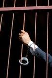 Close-up op handen van mensenzitting in gevangenis Royalty-vrije Stock Fotografie