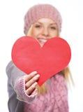 Close-up op hart gevormde prentbriefkaar ter beschikking van tienermeisje stock afbeeldingen
