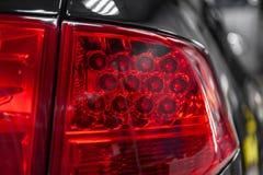 Close-up op het achter LEIDENE stoplicht van rode kleur op een zwarte auto in de rug van een suv na het schoonmaken, het oppoetse royalty-vrije stock foto's