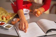Close-up op huisvrouw die Kerstmisdiner in keuken voorbereidt Stock Fotografie