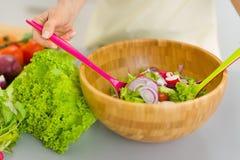 Close-up op huisvrouw die plantaardige salade mengen Royalty-vrije Stock Foto's