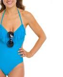 Close-up op jonge vrouw in zwempak met zonnebril Stock Afbeelding