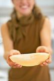 Close-up op jonge vrouw die meloenplak tonen Stock Afbeelding