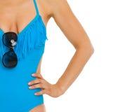 Close-up op jonge vrouw in zwempak met zonnebril Royalty-vrije Stock Foto