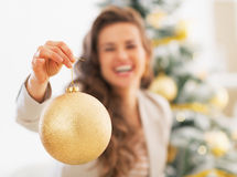 Close-up op Kerstmisbal ter beschikking van gelukkige jonge vrouw Royalty-vrije Stock Afbeeldingen