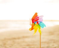 Close-up op kleurrijk windmolenstuk speelgoed op het strand Stock Fotografie