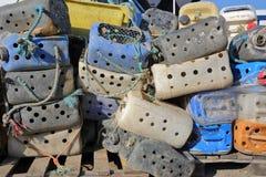 Close-up op kleurrijke visserijdozen bij de visserijhaven in Whitstable, het UK Royalty-vrije Stock Afbeeldingen