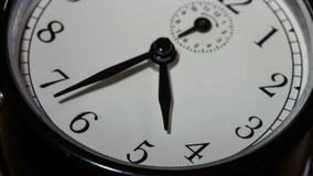 Close-up op langzaam roterende wijzerplaat met snel bewegende wijzers - tijd die uit lopen stock video