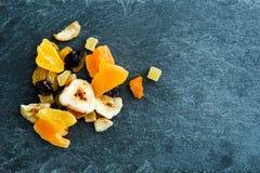 Close-up op mengeling van droge vruchten op steensubstraat Stock Foto's