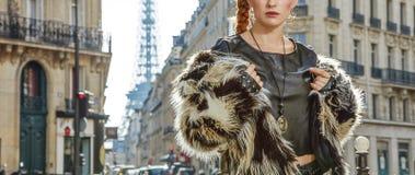 Close-up op moderne vrouw in bontjas in Parijs, Frankrijk Royalty-vrije Stock Foto's