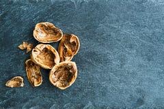 Close-up op okkernootshells op steensubstraat Royalty-vrije Stock Foto