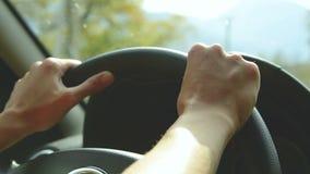Close-up op open opening Het meisje drijft een auto op een landweg Vrouwen` s handen op het stuurwiel stock videobeelden