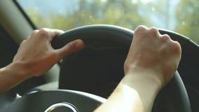 Close-up op open opening Het meisje drijft een auto op een landweg Vrouwen` s handen op het stuurwiel stock footage
