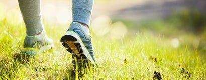 Close-up op schoen van de vrouwenvoeten die van de atletenagent op park lopen Royalty-vrije Stock Foto's