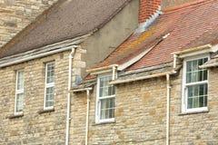 Close-up op traditionele huizen met brickstone en flagstonedaken in Swanage Stock Foto's