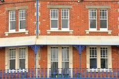Close-up op traditionele voorgevels met brickstone en smeedijzertraliewerkbalkons in Swanage Royalty-vrije Stock Foto