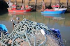 Close-up op visnetten bij de visserijhaven met vissersboten en op de achtergrond, Whitstable, het UK Stock Afbeeldingen