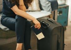 Close-up op vrouw met paspoort, kaartje en luggag royalty-vrije stock foto's
