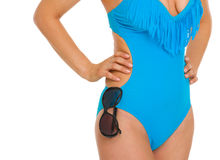 Close-up op zonnebril die op zwempak hangen Stock Fotografie