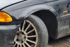 Close-up oude roestige auto na analyse Gesloopt vehicled met gebroken vorkbeenwapen en uitgevallen wiel royalty-vrije stock fotografie