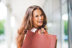 Close-up, over-the-shoulder smiling brown-haired woman shopping Royalty Free Stock Photos