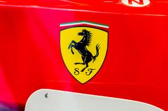 Close-up para o logotipo de Ferrari na fórmula 1 imagem de stock