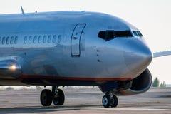 Close-up a parte dianteira do avião comercial que taxiing no avental do aeroporto Fotos de Stock