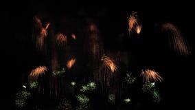 Close up pequeno de fluxo dos feixes dos fogos-de-artifício, movimento lento video estoque