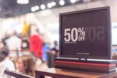 Close-up 50 percenten van verkoopteken over kleren bij warenhuis in Texas, Amerika stock foto