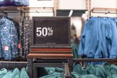 Close-up 50 percenten van verkoopteken over kleren bij warenhuis in Texas, Amerika royalty-vrije stock fotografie