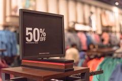 Close-up 50 percenten van verkoopteken over kleren bij warenhuis in Texas, Amerika royalty-vrije stock foto's
