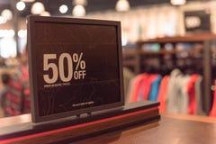 Close-up 50 percenten van verkoopteken over kleren bij warenhuis in Texas, Amerika royalty-vrije stock afbeeldingen